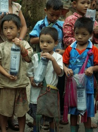 children with water filter bottles